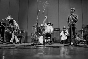 Art Ensemble of Chicago (AEOC) at Bergamo Jazz Festival, March 20, 1974, Teatro Donizetti Nella foto, da sinistra: Joseph Jarman, Don Moye, Lester Bowie, Malachi Favors, Roscoe Mitchell.