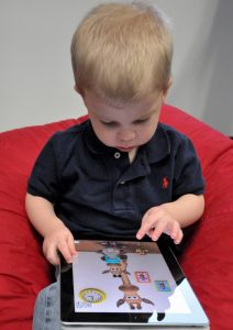 child_with_apple_ipad