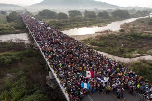 Aerial view of Honduran migrants heading in a caravan to the US, as the leave Arriaga on their way to San Pedro Tapanatepec, in southern Mexico on October 27, 2018. Mexico on Friday announced it will offer Central American migrants medical care, education for their children and access to temporary jobs as long as they stay in two southern states. / AFP PHOTO / Guillermo Arias