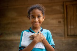 girl-holds-letters-in-colombia